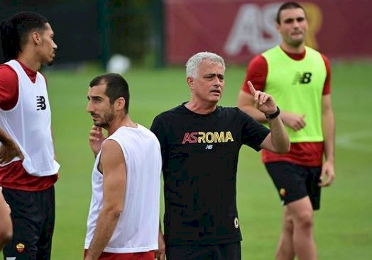5 Potret Kehidupan Jose Mourinho di Roma, Naik Vespa sampai Memakai Drone di Latihan - Foto 4