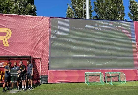 5 Potret Kehidupan Jose Mourinho di Roma, Naik Vespa sampai Memakai Drone di Latihan - Foto 5