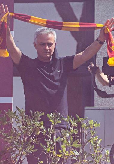 5 Potret Kehidupan Jose Mourinho di Roma, Naik Vespa sampai Memakai Drone di Latihan - Foto 1
