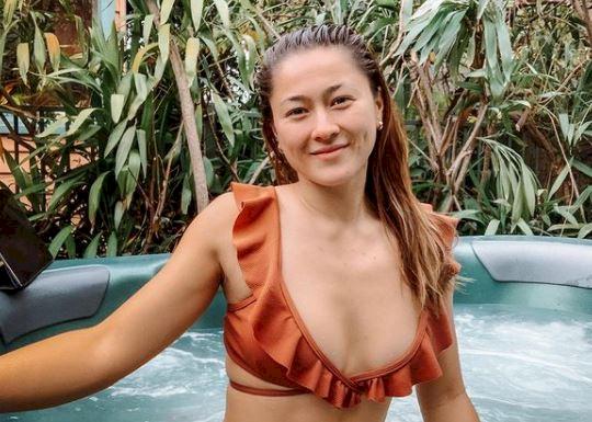 5 Foto Gronya Somerville saat Yoga dan Berenang, Lakukan Gerakan Sulit di Karang Pantai - Foto 3
