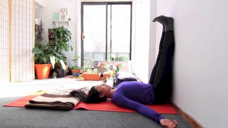 Gerakan Yoga Sederhana Bisa Hilangkan Pegal Karena WFH - Foto 2