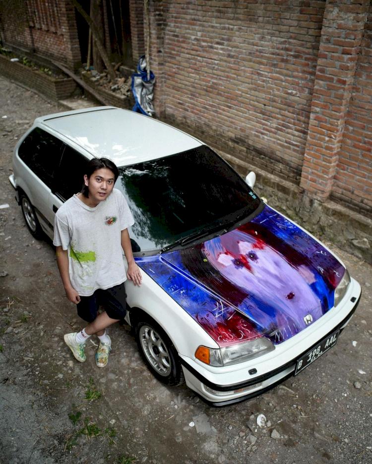 Hobi Mobil Tua, 7 Potret Ganteng Iqbaal Ramadhan Pamer Kendaraan Klasik - Foto 5