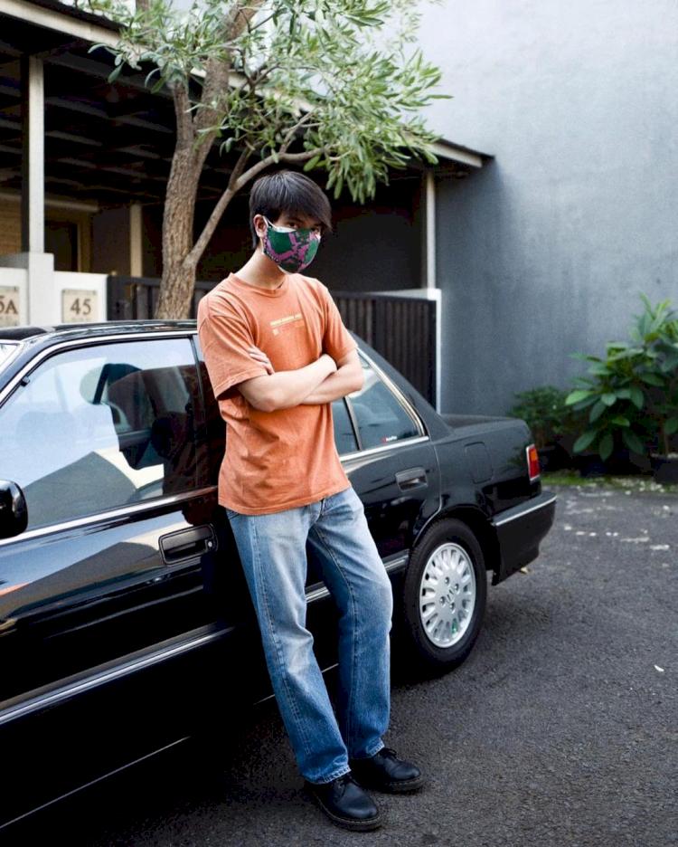 Hobi Mobil Tua, 7 Potret Ganteng Iqbaal Ramadhan Pamer Kendaraan Klasik - Foto 6