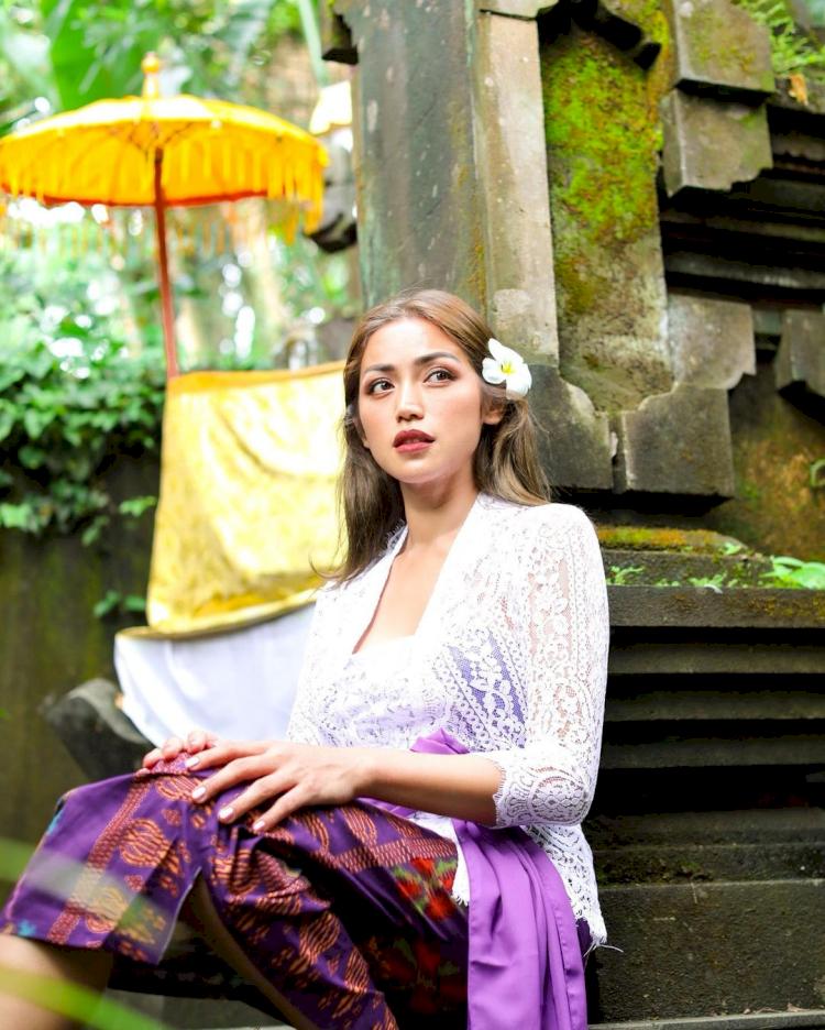 7 Potret Memesona Jessica Iskandar dengan Busana Adat Bali, Cantik Paripurna - Foto 2