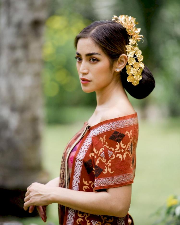 7 Potret Memesona Jessica Iskandar dengan Busana Adat Bali, Cantik Paripurna - Foto 5