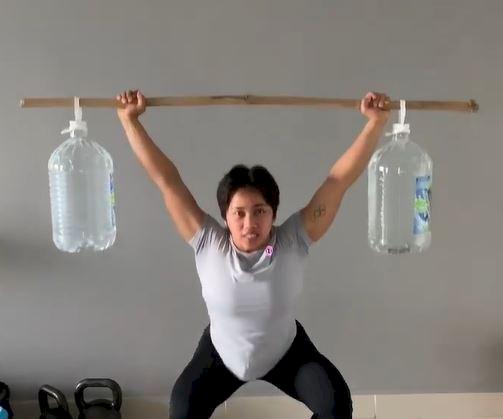 5 Potret Sederhana Latihan Hidilyn Diaz Atlet Olimpiade Filipina, Angkat Tas sampai Galon - Foto 5