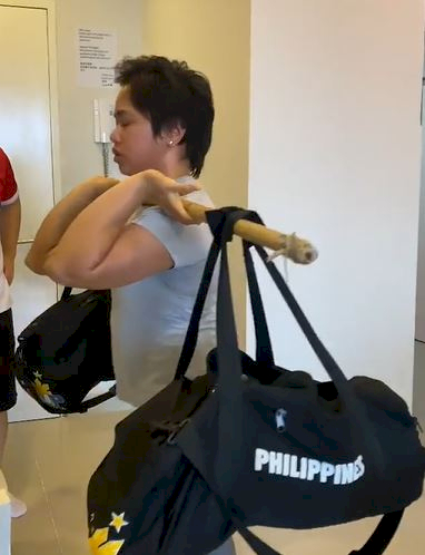5 Potret Sederhana Latihan Hidilyn Diaz Atlet Olimpiade Filipina, Angkat Tas sampai Galon - Foto 4