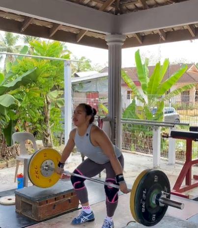 5 Potret Sederhana Latihan Hidilyn Diaz Atlet Olimpiade Filipina, Angkat Tas sampai Galon - Foto 1
