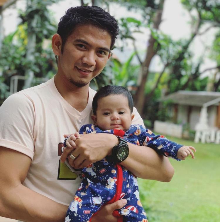 Jadi Ayah Muda, 7 Potret Rizki DA Momong Buah Hati - Foto 5