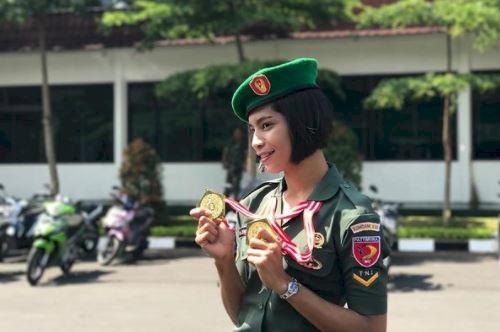 5 Potret Menawan Alvina Tehupeiory Memakai Seragam TNI, Buat Kamu Terpesona - Foto 3