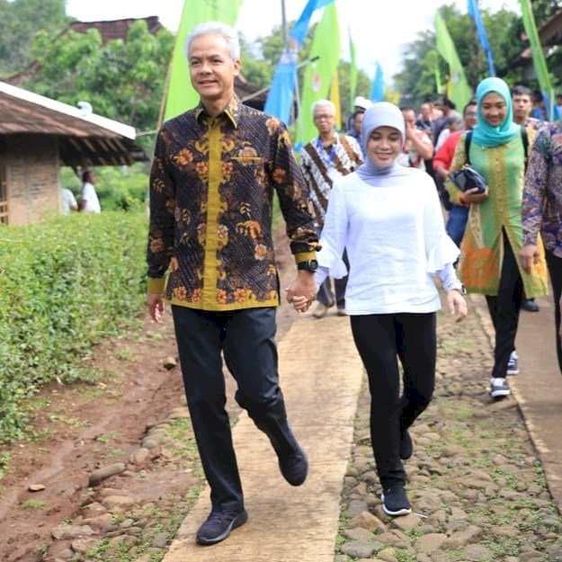 Romantis Abis Ini 7 Potret Candid ala Ganjar Pranowo dan Siti Atikoh - Foto 5