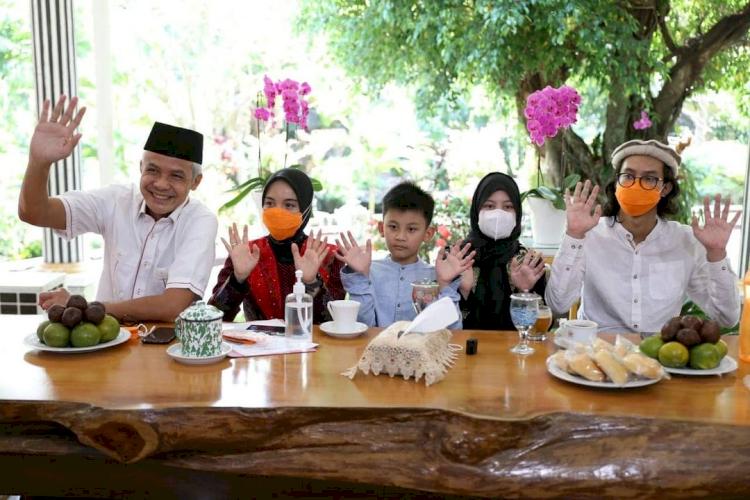 Romantis Abis Ini 7 Potret Candid ala Ganjar Pranowo dan Siti Atikoh - Foto 7