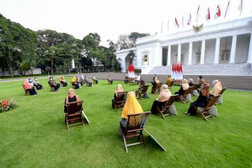 Presiden Jokowi Serahkan Bantuan Hibah Rp1,2 Juta bagi UMKM