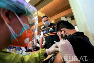 Gubernur DKI Jakarta hingga Menteri Kunjungi Vaksinasi di Petak Enam