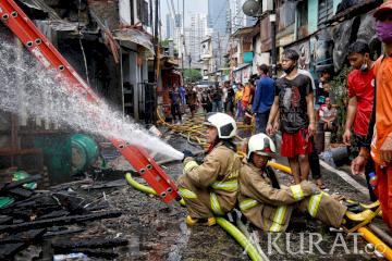 Kebakaran Lahap Permukiman Padat Penduduk di Karet Tengsin