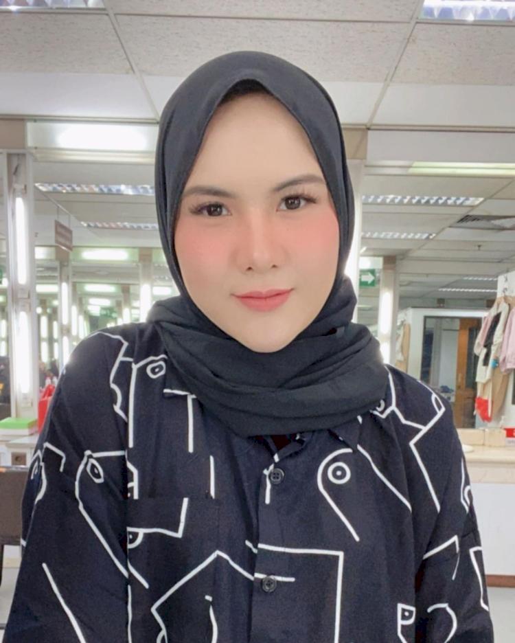Bikin Pangling, 7 Potret Terbaru Eveline Mantan Istri Aming Berhijab yang Kian Anggun - Foto 1