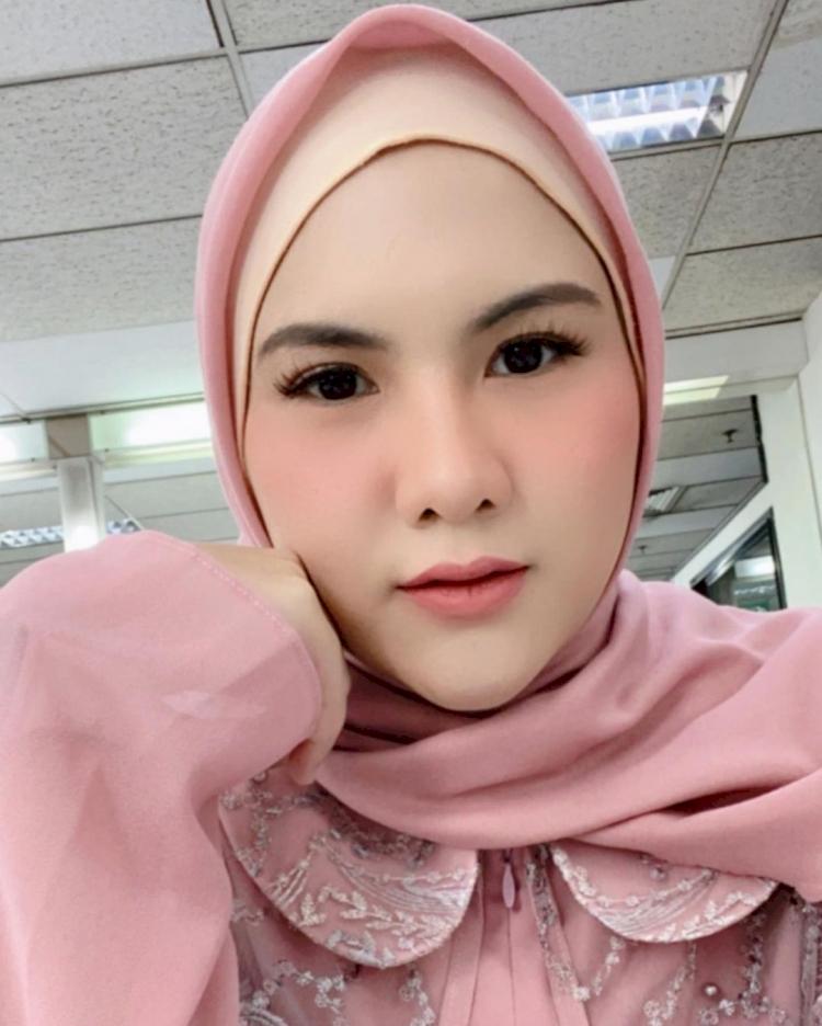 Bikin Pangling, 7 Potret Terbaru Eveline Mantan Istri Aming Berhijab yang Kian Anggun - Foto 2