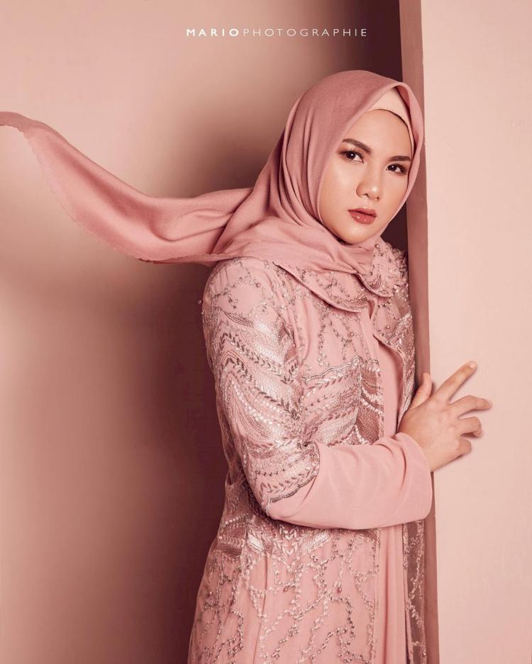 Bikin Pangling, 7 Potret Terbaru Eveline Mantan Istri Aming Berhijab yang Kian Anggun - Foto 3