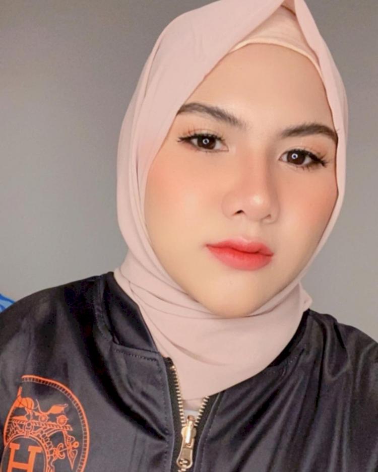Bikin Pangling, 7 Potret Terbaru Eveline Mantan Istri Aming Berhijab yang Kian Anggun - Foto 5