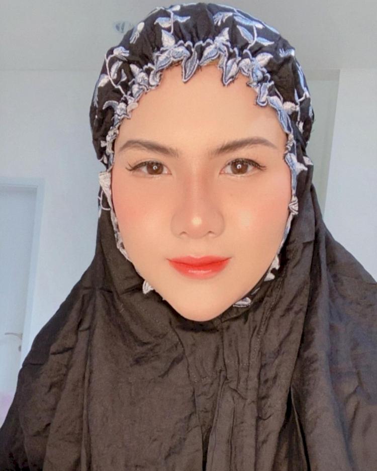 Bikin Pangling, 7 Potret Terbaru Eveline Mantan Istri Aming Berhijab yang Kian Anggun - Foto 6