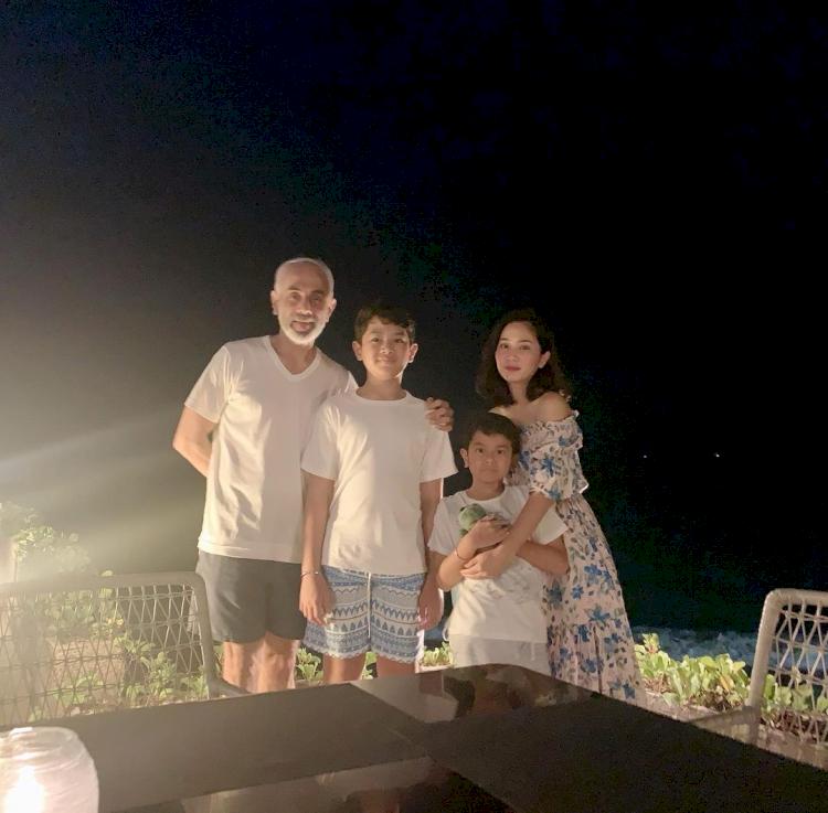 7 Potret Kehangatan Bunga Zainal bersama Keluarga Kecilnya, Harmonis Abis - Foto 1