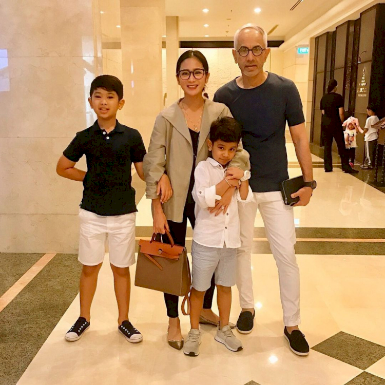 7 Potret Kehangatan Bunga Zainal bersama Keluarga Kecilnya, Harmonis Abis - Foto 3