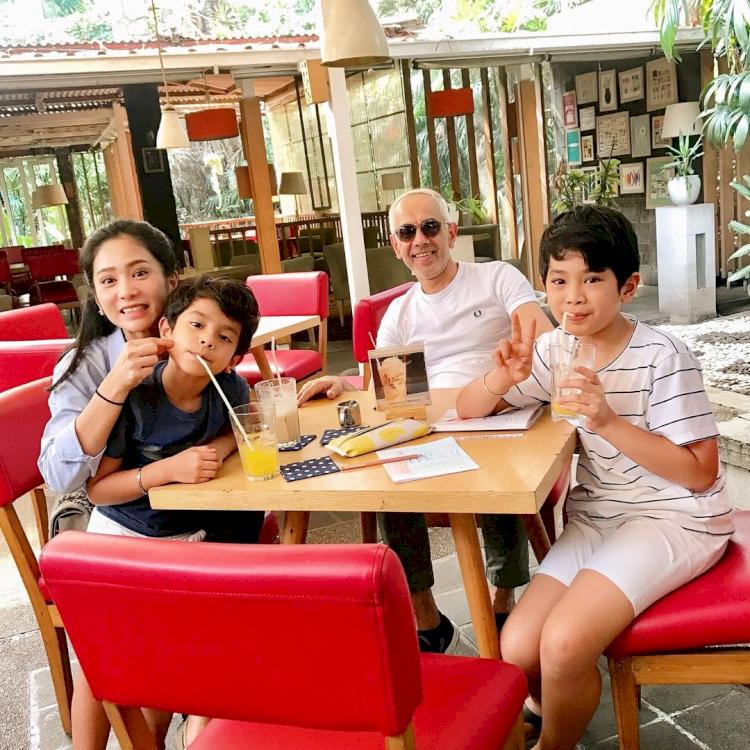 7 Potret Kehangatan Bunga Zainal bersama Keluarga Kecilnya, Harmonis Abis - Foto 4
