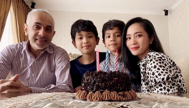 7 Potret Kehangatan Bunga Zainal bersama Keluarga Kecilnya, Harmonis Abis - Foto 5