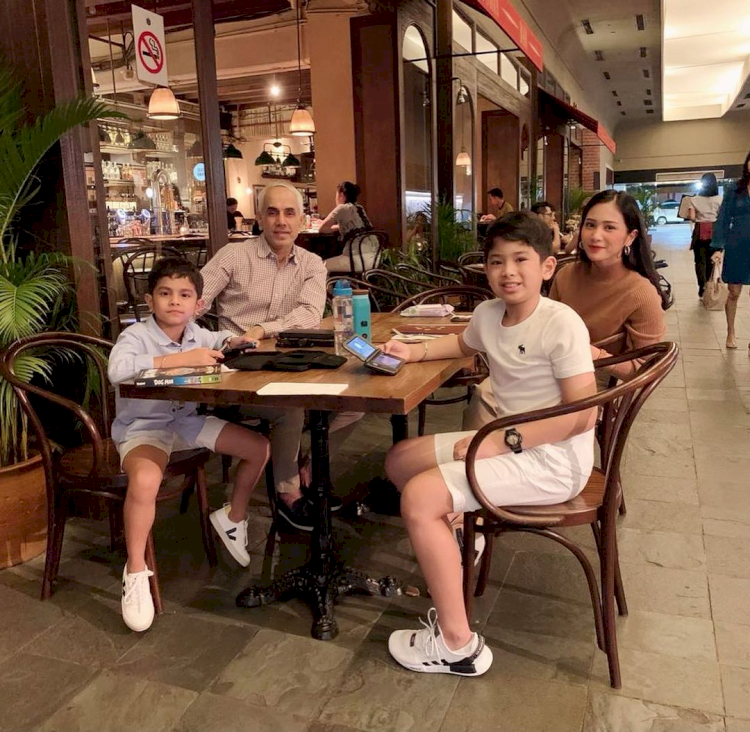 7 Potret Kehangatan Bunga Zainal bersama Keluarga Kecilnya, Harmonis Abis - Foto 7