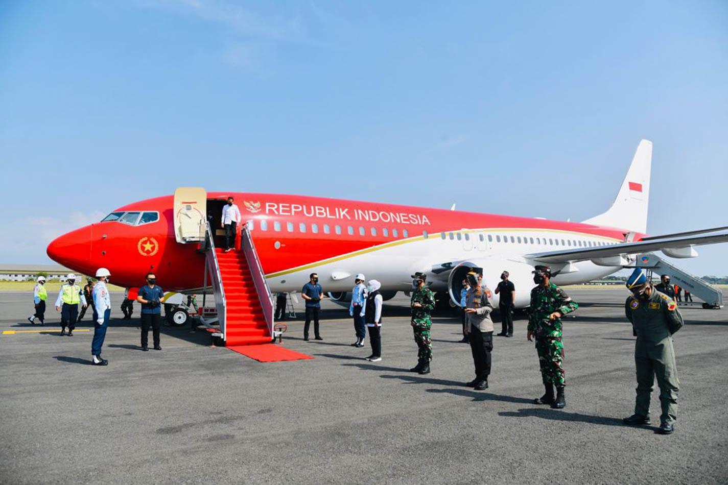 Penampakan Pesawat Kepresidenan RI-I yang Berwarna Merah