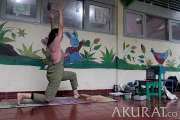 Kelas Yoga Daring dari Teras Taman Kanak-Kanak