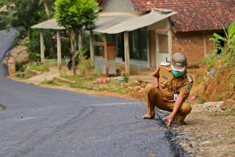 Ditetapkan Sebagai Tersangka Korupsi, 7 Potret Bupati Banjarnegara Saat Tinjau Proyek - Foto 4