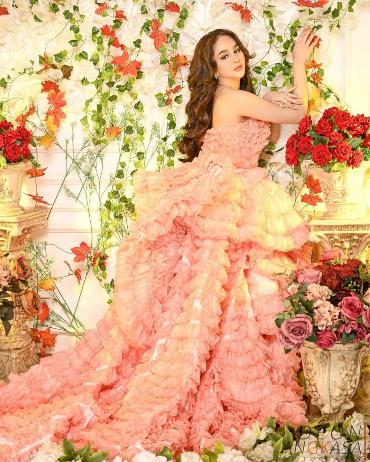 Bak Boneka, 7 Potret Terbaru Hana Hanifah dengan Gaun Bunga yang Cantik Paripurna - Foto 1