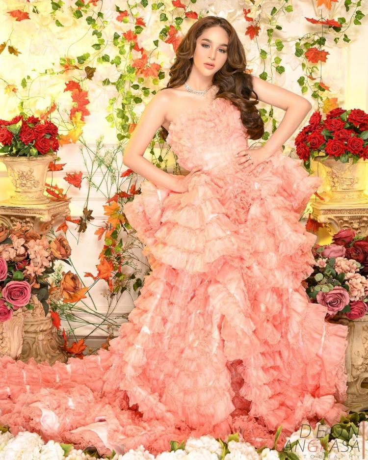 Bak Boneka, 7 Potret Terbaru Hana Hanifah dengan Gaun Bunga yang Cantik Paripurna - Foto 2