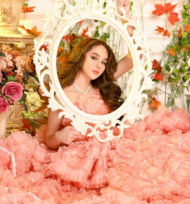 Bak Boneka, 7 Potret Terbaru Hana Hanifah dengan Gaun Bunga yang Cantik Paripurna - Foto 3