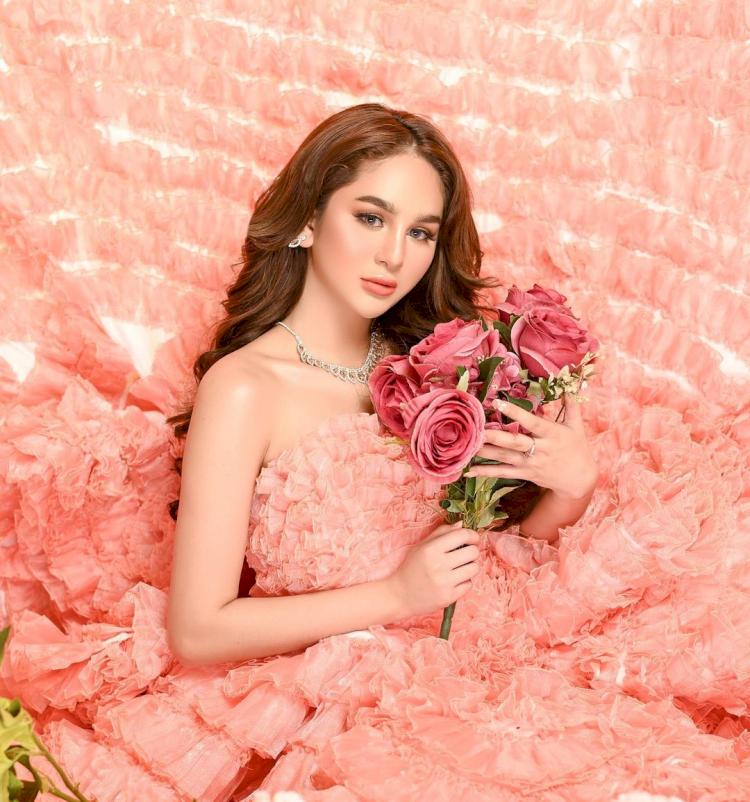 Bak Boneka, 7 Potret Terbaru Hana Hanifah dengan Gaun Bunga yang Cantik Paripurna - Foto 4