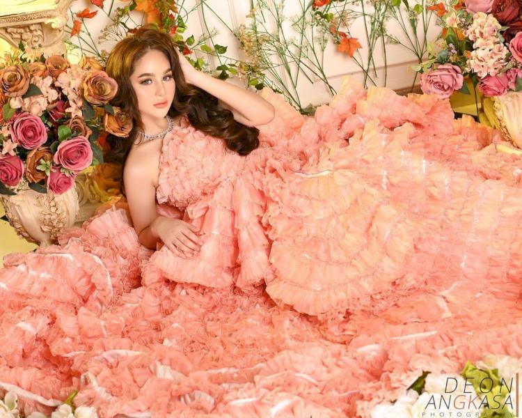 Bak Boneka, 7 Potret Terbaru Hana Hanifah dengan Gaun Bunga yang Cantik Paripurna - Foto 5
