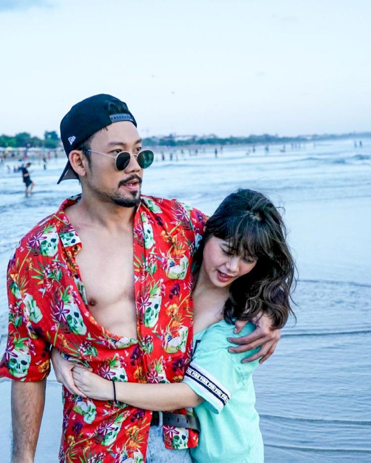 Potret Kocak Denny Sumargo dan Istri - Foto 4