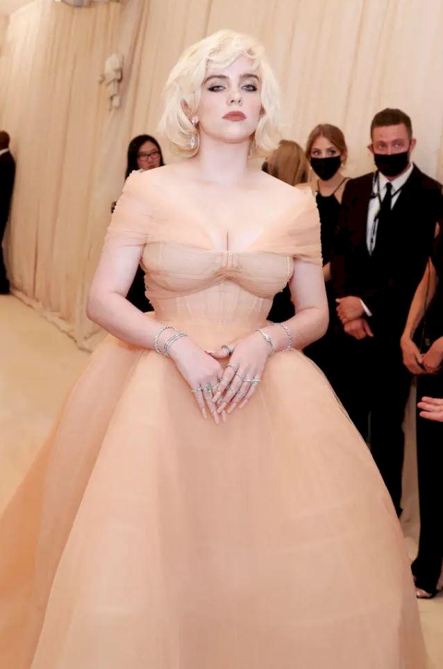 Billie Eilish Hidupkan Marilyn Monroe dengan Gaun Oscar de la Renta di Met Gala 2021 - Foto 3