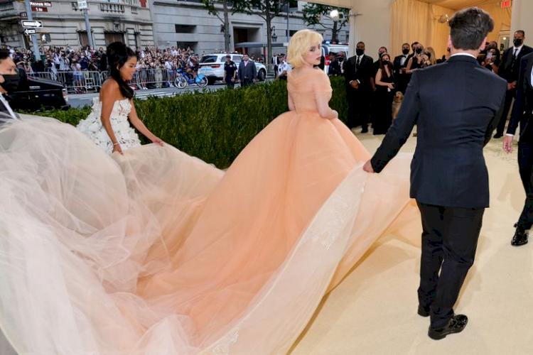 Billie Eilish Hidupkan Marilyn Monroe dengan Gaun Oscar de la Renta di Met Gala 2021 - Foto 4