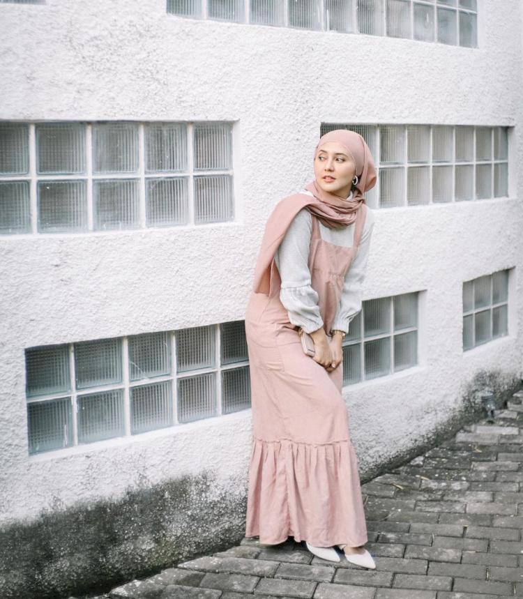 Intip Gaya Fashion Rara Nawangsih Pemeran Ibu Amanda Manopo dalam Ikatan Cinta - Foto 3