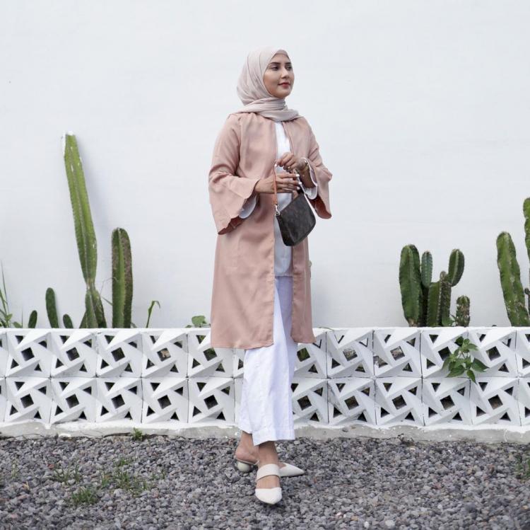 Intip Gaya Fashion Rara Nawangsih Pemeran Ibu Amanda Manopo dalam Ikatan Cinta - Foto 1