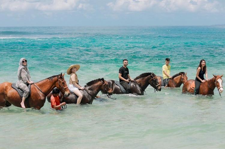 6 Potret Seru Para Selebriti Berlibur ke Sumba, Menikmati Keindahan Pantai Sembari Berkuda - Foto 3