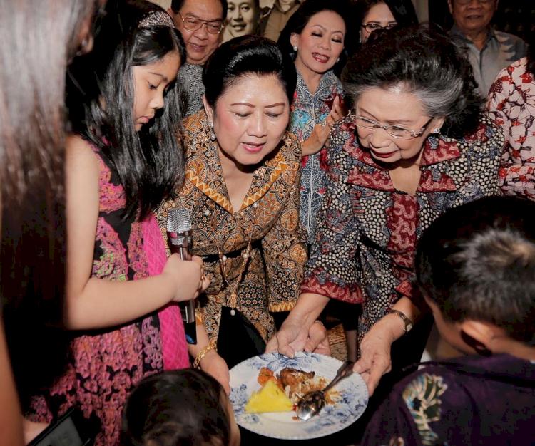 Meninggal Dunia, 7 Potret Kenangan Mertua SBY Bareng Keluarga - Foto 7