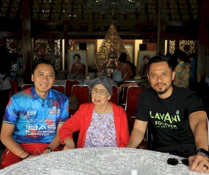 Meninggal Dunia, 7 Potret Kenangan Mertua SBY Bareng Keluarga - Foto 5