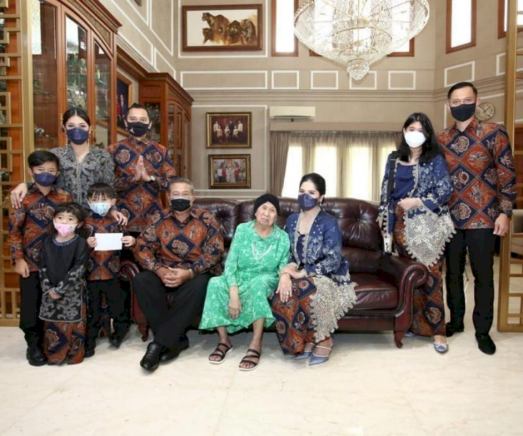 Meninggal Dunia, 7 Potret Kenangan Mertua SBY Bareng Keluarga - Foto 6