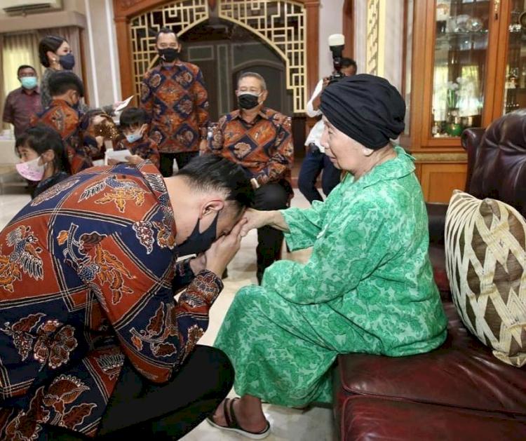Meninggal Dunia, 7 Potret Kenangan Mertua SBY Bareng Keluarga - Foto 3