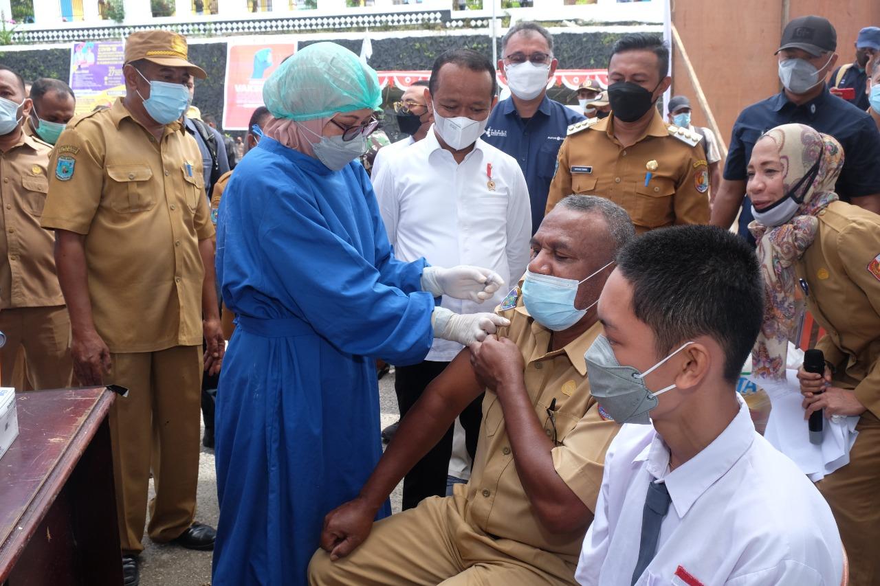 Menteri Bahlil Dorong Kegiatan Vaksinasi Secara Masif di Fakfak