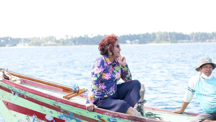 Nikmati Hidup, Ini 7 Potret Susi Pudjiastuti Berpose di Atas Laut - Foto 2