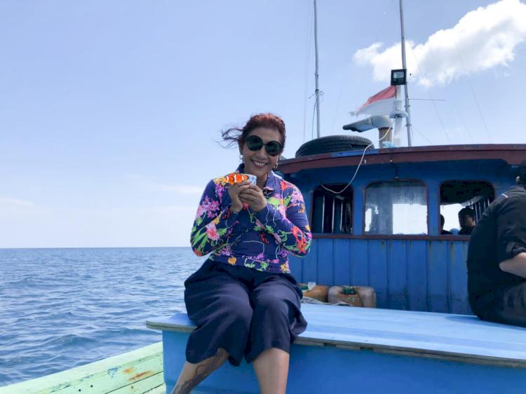 Nikmati Hidup, Ini 7 Potret Susi Pudjiastuti Berpose di Atas Laut - Foto 4